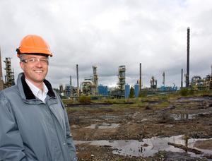 Förorenad mark. Raffinaderiet i Nynäshamn ska sanera jordmassorna, som har förorenats med olja, med hjälp av arkebakterier. Rikard Thelander är projektledare för efterbehandlingen.
