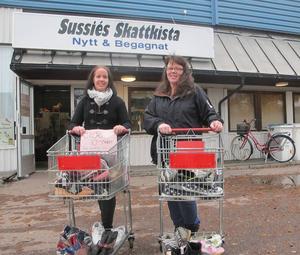 Sussie Alexandersson utanför sin butik i Åselby där folk kan skänka kläder inlämnade för att ge den ideella föreningen ett bidrag.