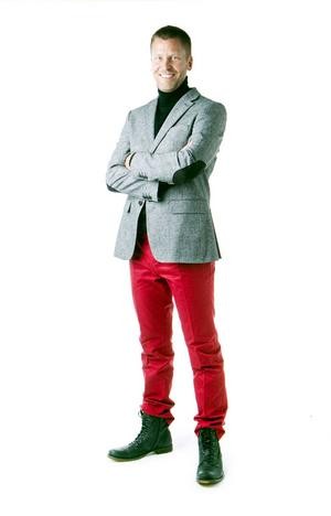 RESULTATETMagnus Edstöm är en snygg karl, speciellt i sin nya stil där det eleganta blandats med det tuffa.Magnus har på sig ett par röda byxor, 599 kronor, en tweedkavaj med lappar på ärmarna, 1 695 kronor och en svart polotröja, 699 kronor. Samtliga plagg kommer från Brothers. Kängorna kostar 1 299 kronor och kommer från Nilson. Den svarta halsduken som Edström har på sig på omslagsbilden kostar 99:95 kronor och kommer från Vero Moda.