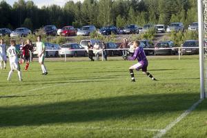 Max Berglund placerar snyggt in bollen i bortre krysset.