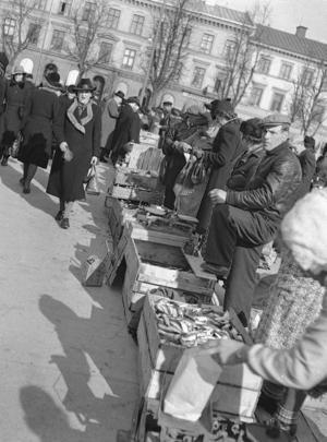 Fisk har sålts på Stortorget i många år. Under en tid var Hamntorget, som till och med hetat Fisktorget, den huvudsakliga platsen för fiskförsäljning, men då Lillån lades igen koncentrerades handeln till Stortorget. Den här bilden togs 1943.