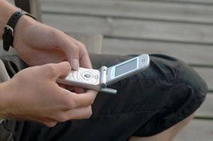 Senast i början av nästa år kommer vårdnadshavare kunna få rapporter om skolk via sms.