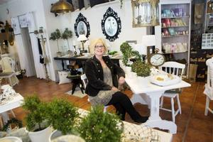 Maith Edlund trivs i sin inredningsbutik på Hornsgatan på Frösön. Hon är övertygad om att de nya konsumtionstrenderna kommer att gynna den småskaliga handeln då kunderna överger stormarknaderna.