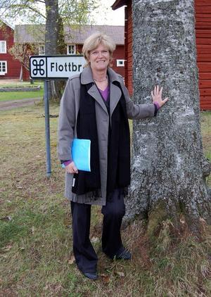 Invånarna i Österfors hävdar att flottbron utgör en omistlig del av byns riksintressanta bebyggelsemiljö, som här skymtar bakom landshövding Maria Norrfalk under ett besök i våras. Foto:Kent Olsson