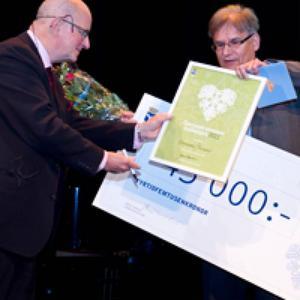 Östersunds kommuns kvalitetspris 2011 gick till enheten Ekonomi/finans. Kommundirektör Bengt Marsh delade ut blommor, diplom och en gigantisk check på 45 000 kronor till enhetschefen Sven-Ove Nilsson.