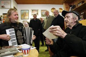 På långfredagen 2007 besökte Ludde konstnären Bror-Eric i Bjuråker. Där trängdes konstutövare, musiker och besökare i och kring ateljén.