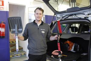 Peter Mattsson, verkstadschef på Roslagsbil tycker framför allt att det är viktigt att ha med sig en snöskyffel och en bra isskrapa/borste vid färd.