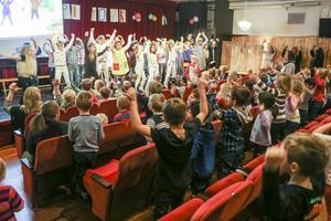 Ensemblen bjöd in hela publiken till sång och dans när Pippi hade kalas.