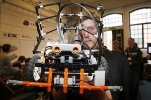 Den tveksamme burkjägaren. Johan Karlefeldt och hans kamrater från Örebro deltog i Robot-SM med denna robot som de tillverkat i Lego. Den spexade och samlade in tomburkar. Det gick sådär.
