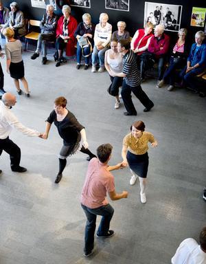 Till toner av Falu Evergreen visade Falu Dansklubb upp swingdansen Lindy Hop.