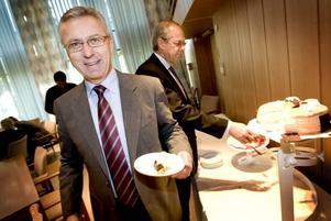 Tårtkalas. Sandviks vice vd Peter Larsson beskrev Svante W Nordh som en person med stort engagemang och driv vid gårdagens tårtkalas.