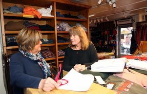 Iris Eklund och Marie Grinde räknade under fredagen hur mycket kläder som stals. De konstaterade snabbt att det rör sig om ett värde på över 300 000 kronor.