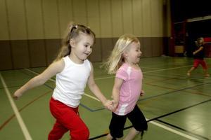 Alice Fagermo och Hanna Standar har jättekul med mycket spring i benen på familjegympan.