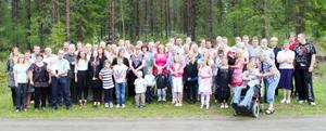 """Släktträff ordnades den 25 juli för ättlingar efter framlidna Karolina och Emanuel Olofsson """"västat"""" Fullsjön i Gränsgården, Fullsjön. Tipspromenad, mat och kaffe med tillbehör gjorde träffen till en trevlig samvaro för de 60 närvarande. Det saknades cirka tio personer som inte hade möjlighet att komma. Bilden kommer från Doris Adolfsson i Tenhult."""