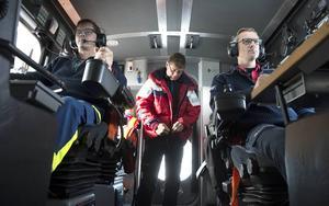 Stefan Olsson kör. Henrik Blusi navigerar och Jan Cederberg är ytlivräddare , Eleven Victor Steffansson är också med när sjöräddningssällskapet i Sundsvall övar.