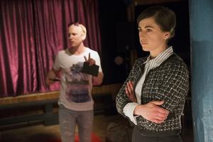 Mattias Åhlénn och Myra Neander gör båda roller som assistenter i föreställningen, den ene med mjuk ryggrad, den andra med bibehållen integritet.
