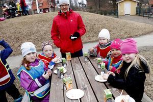 Tårta och glass vankades kring borden. Förskollärare Eva Svensson assisterar barnen.