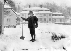 Statsminister Ola Ullsten snöskottar i snöyran på Harpsund 1979.