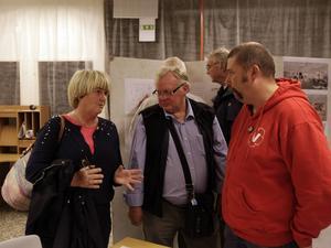 Anne Lundberg, stadsarkitekt i Krokoms kommun, diskuterar planerna och förklarar de val som kommunen har gjort för åhörare.