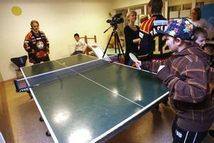 Jesper Sundstrand, tio år, passade på att spela pingis med Emil Sandin.