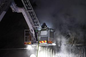 En brandman från Rättvik som arbetar med att släcka branden.
