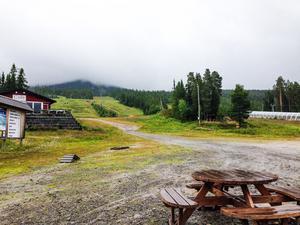 Toppen av  Hovärken försvann in i molnen under fredags eftermiddagen. Lerigt och  regningt utomhus men det hindrade inte downhillåkarna.
