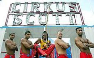 Foto: LASSE HALVARSSON  tillsamt och vackert. Denna grupp kommer att utföra ett capoeira, som är en blandning av kampsport, dans och akrobatik.