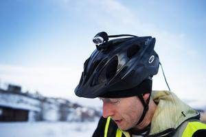 En hjälmmonterad led-pannlampa är suverän för cykling på obelysta vägar.