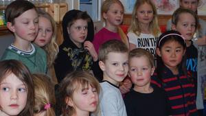Några av de barn som framför låten
