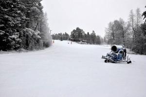 Här ska det snart gå att åka slalom igen. En ny vattenpump till snökanonerna har köpts in av Brunflo IF för 150 000 kronor.