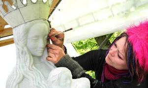 Diana Andersson är nöjd med sin madonnaskulptur.