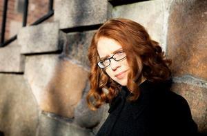 Josefin Holmströms nya roman har detaljer som överrumplar vår kritiker Crister Enander. Foto: Sara Moritz