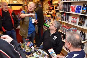 Berättare. Roland Stålhammar, Bosse Magnusson och Bernt Andersson lyssnar på Jorka Blomberg när han berättar om Isle of Man.