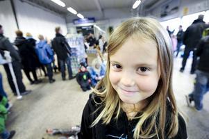 Hungrig tjej. Alexandra Svensson tittar varken efter skidor eller skridskor, hon vill ha en varm korv.