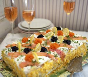 En klassisk svensk smörgåstårta går alltid hem. Nu har den blivit modern på nytt.