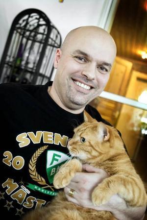 TROGEN FÄRJESTADARE FRÅN GÄVLE. Förra gången tidningen var på besök var det katten Jörgen Jönsson som var i fokus, eftersom han kammade hem titeln Årets lussekatt i Arbetarbladets tävling 2002, men i år var det husse Karim Boudiaf som fick vara huvudperson. Karim, dagen till ära iklädd Färjestadströja, gör ingen hemlighet av att hans hjärta tillhör ett annat hockeylag än hemstadens. Han har till och med namngett katten efter Färjestads lagkapten.  Foto: Britt Mattsson