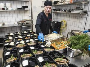 Under fredagen paketerar köksansvarig Christina Sandberg stekt inlagd strömming med kall sås och hemlagat potatismos.