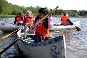 Att paddla kanot är inte helt enkelt, men roligt. Fråga Cha Pommn och Jenny Näslund närmast kameran. Flickorna paddlade gärna när någon av kanoterna var ledig.