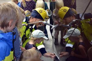 Inspektören Lars.Olof (Love Ersare) letar oknytt i Kulturmagasinet tillsammans med barnen. Här hittar han lite misstänkt småknyttspäls.