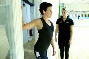 Stretchövning bröst   Genom att stretcha bröstet påverkar du din hållning. Ställ dig i en dörrgavel och håll armen böjd med armbågen i axelhöjd och handen mot gaveln. Tryck fram bröstet så att det sträcker i bröstet. Håll stretchen ca 30 sekunder innan du byter sida.