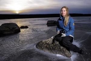 Den kända bloggaren Jonna Jinton i byn Grundtjärn är orolig för planerna på en stor vindkraftpark vid Fängsjön och Storsjöhöjden.
