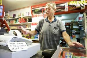 Tommy Eriksson på Karlbergskiosken förlorar på vissa varor när kunden handlar med kontokort.