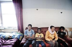 Robban, Aron, Tsega och Haben lever mycket pressat, ingen sover längre om nätterna.