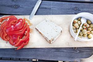 FRUKOST. Gårdens getost, paprika och oliver välkomar.
