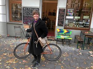 """På hemmaplan. Konstnären Ulrika Segerberg växlar mellan måleri, textil, collage och performance. Här i gamla östkvarteren i Prenzlauerberg i Berlin känner hon sig hemma. """"Ibland tänker jag på en liten röd stuga på landet""""."""