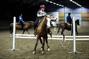 Cajun och Carina Hedqvist öppnar och stänger grinden. Westernridning är en ridteknik där häst och människa samverkar avslappnat och arbetar i harmoni med varandra.