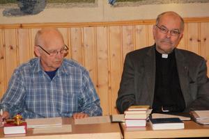 Fullmäktiges presidium med ordförande Sören Nilsson och föredragande, kyrkoherde Gustaf Forsmark,