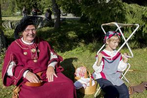 Kjell Holmgren och barnbarnet Jonas Holmgren gillar att klä ut sig. Det gör hela familjen Holmgren.