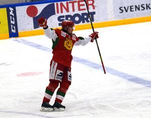 Viktor Amnér jublar efter 2–0-målet i Moras hemmamatch mot Pantern.
