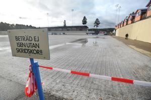 Vaktmästeriet på Sävstaås har full beredskap för att köra igång och spola is. Bara vädret tillåter så kommer spolbilen att rulla om nätterna.